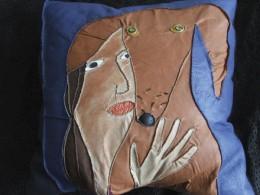 """Maarja Undusk – Nahkpadi """"Koera varjus"""" (2005, nahk, käsiõmblus, 60 x 60 cm)"""