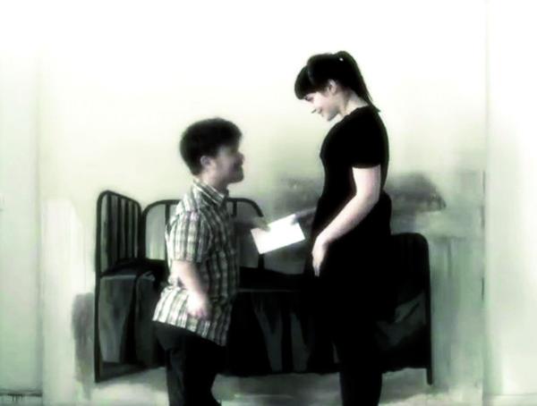 Laura Põld. Säng: variatsioonid (Lumivalgeke ja üks poiss) (2010, video stoppkaadrid)