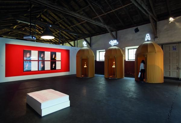 3 telki, neoonreklaam, klaaskuplid, üherattalised postamendid, inimrasv, sarv, elektroonika