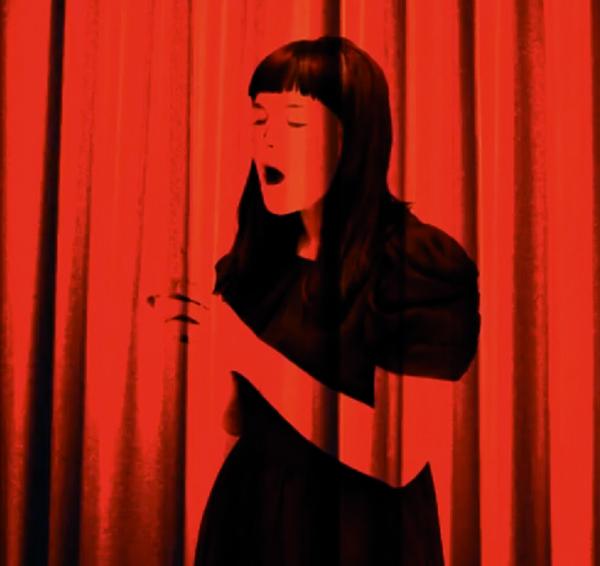 Laura Põld. Stseen õunaga (2010, installatsioon, 600 x 200 cm)