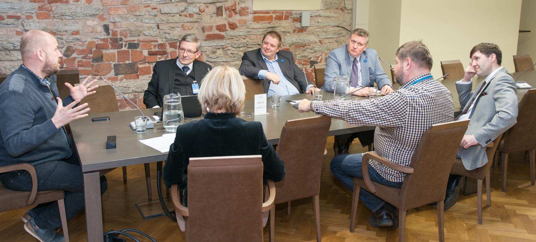 Vasakult paremale: Artur Talvik (Vabaerakond), Mart Raudsaar (Riigikogu Toimetiste peatoimetaja), Erki Savisaar (Keskerakond), Jaanus Marrandi (Sotsiaaldemokraatlik Erakond), Martin Helme (Eesti Konservatiivne Rahvaerakond), Mart Nutt (Isamaa ja Res Publica Liit) ja Urve Tiidus (Reformierakond). Foto: Erik Peinar