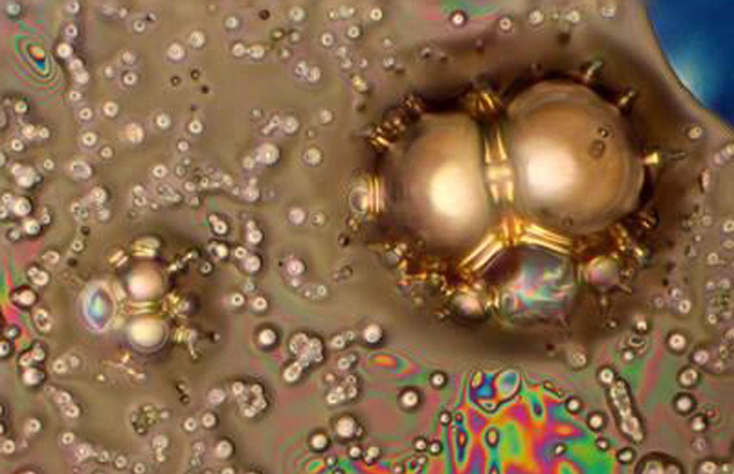 """Teadus on ilus. Foto """"EMImBF4 ioonse vedeliku lagunemine kõrge pinge all"""" saavutas 2015. aasta Eesti teadusfoto konkursil mikroskoobipiltide kategoorias esikoha. Samas selle teadusteema personaalsele uurimistaotlusele """"Kõrge pingega grafeeni-baasil elektrokeemilised kondensaatorid"""" ei jätkunud rahastust. Foto: Tavo Romann"""