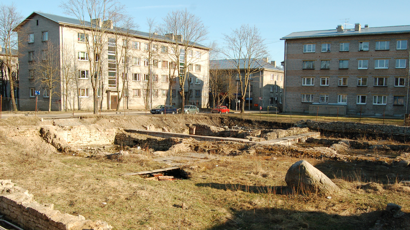 Vaikelu enne TÜ Narva kolledži rajamist linna ajaloolisel keskväljakul, aprillis 2009. Kas ilma kolledžita oleks parem? Foto: Mart Raudsaar