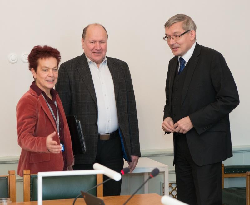 Vasakult paremale: Krista Aru (Vabaerakond), Mart Helme (EKRE), Mart Raudsaar (Riigikogu Toimetiste peatoimetaja). Foto: Erik Peinar