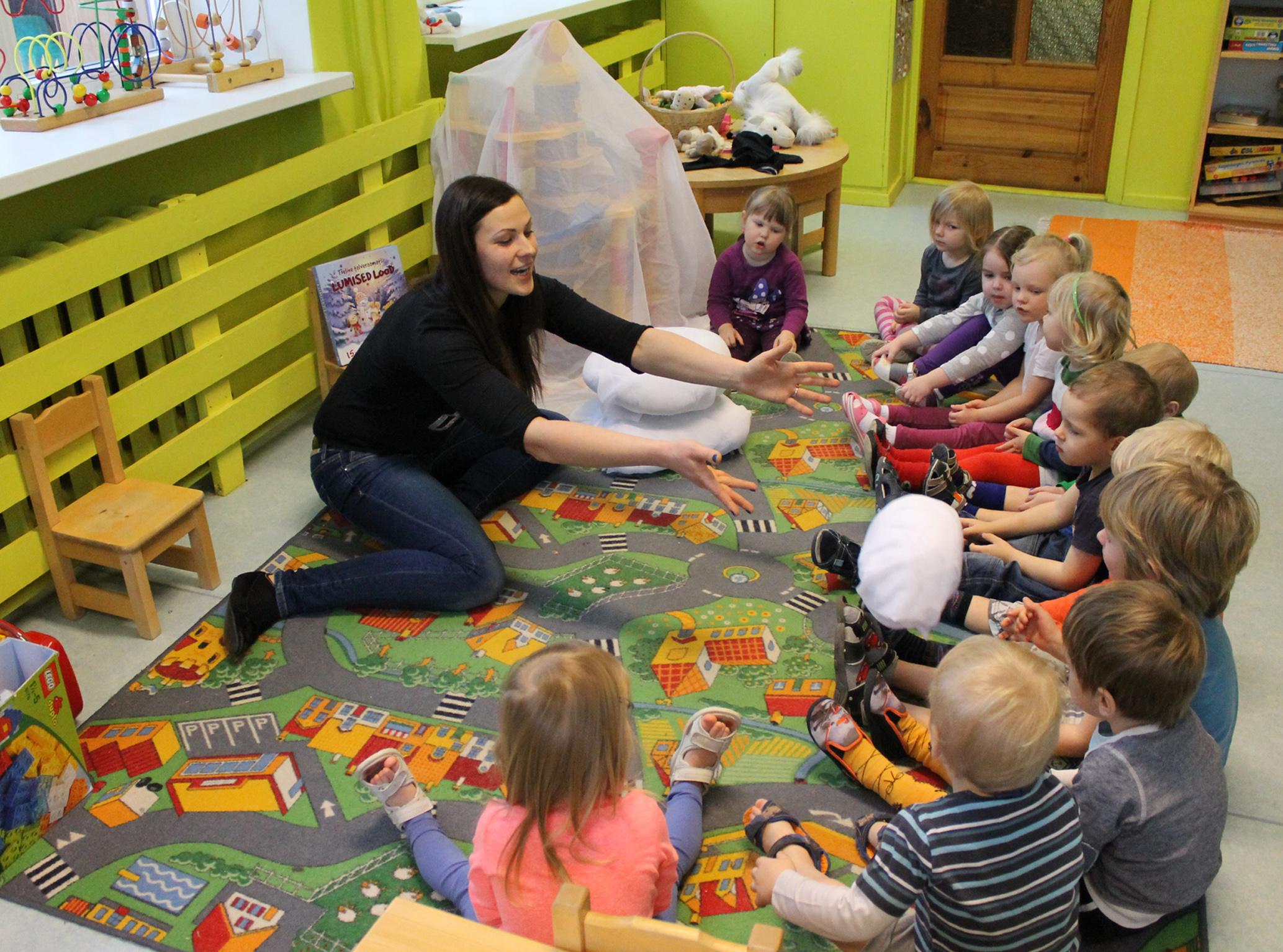 Tartu Sassi lasteaia Sipsikud õpivad mängides, õpetaja Karmen Sõmer. Foto: Regina Kullamaa