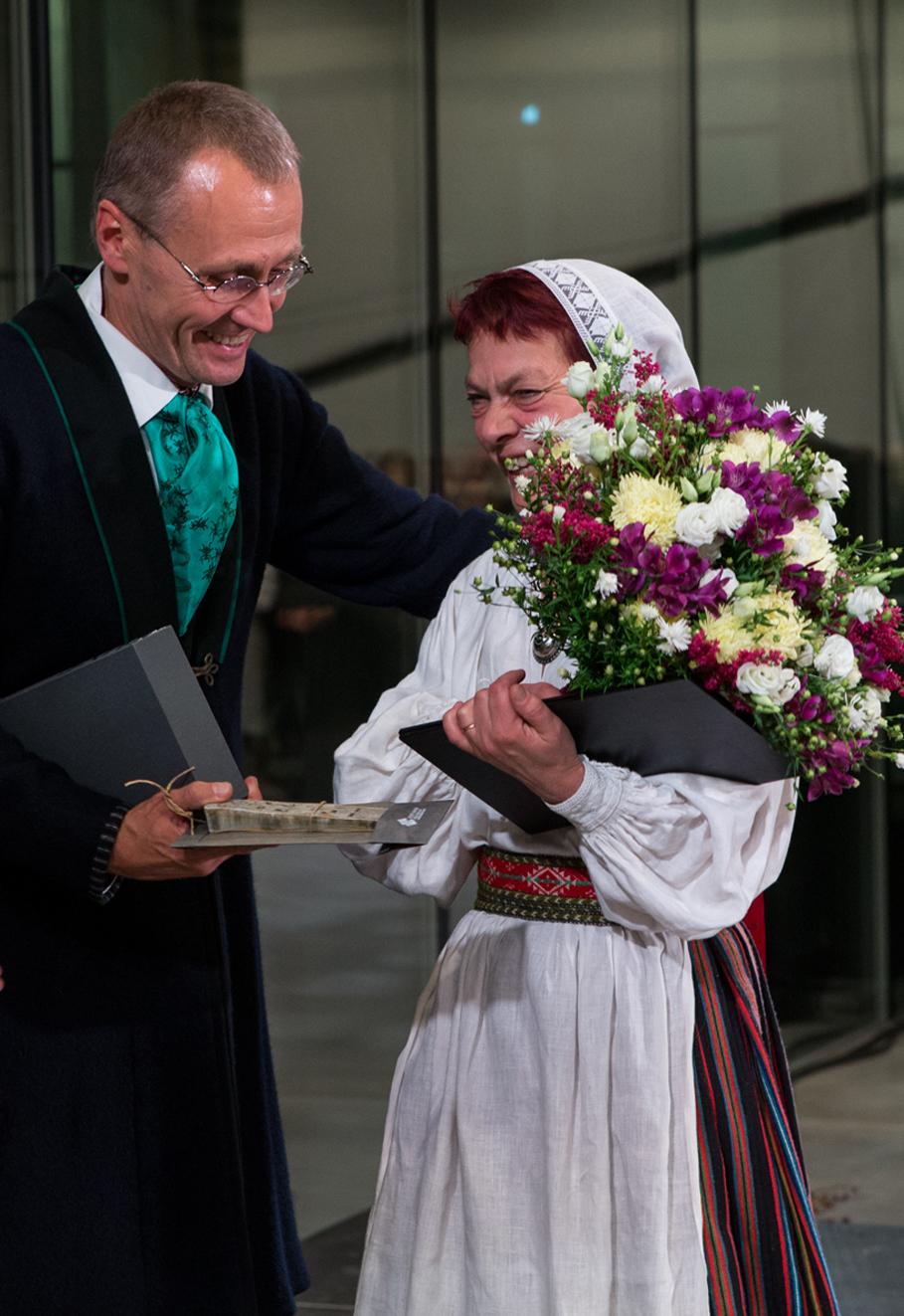 Direktor Tõnis Lukas tänab ERMi uue hoone avamisel ehituse käivitanud direktorit Krista Aru. Foto: Ove Maidla