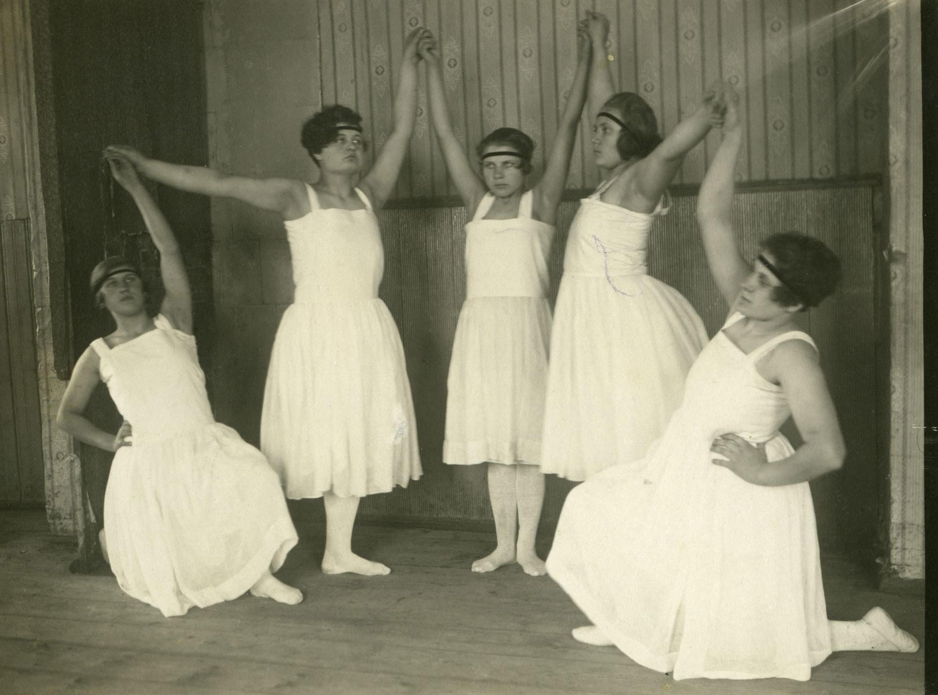 Moderntants 1920ndatel aastatel rahvamajas (inspireeritud Ella Ilbakist või Isadora Duncanist). Foto: Eesti Ajaloomuuseum, fotopank (F27369)