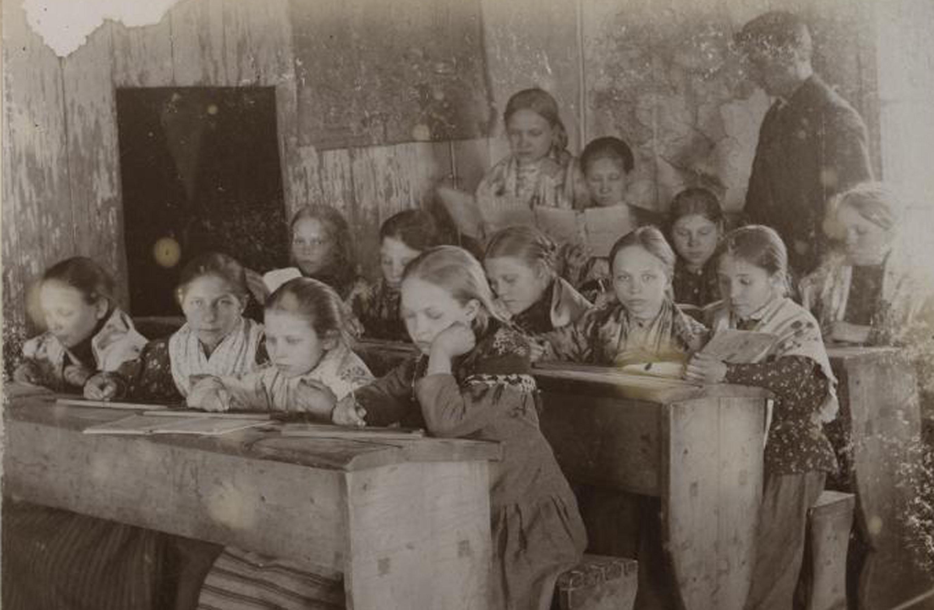"""Lapsed Harju-Jaani kihelkonnakoolis. Foto: Heinrich Tiidermann. Eesti Ajaloomuuseum, Album """"Estonica"""". Etnograafilised fotod 1890ndatest (F 11684/1-321)"""