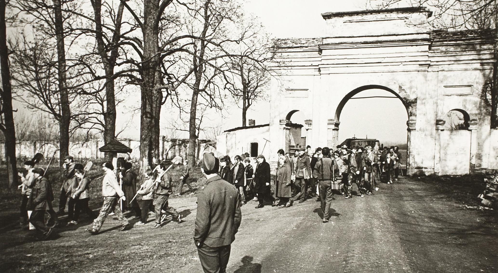 Talgulised saabuvad Raadi mõisapargi korrastustöödele. Foto: Jüri Karm