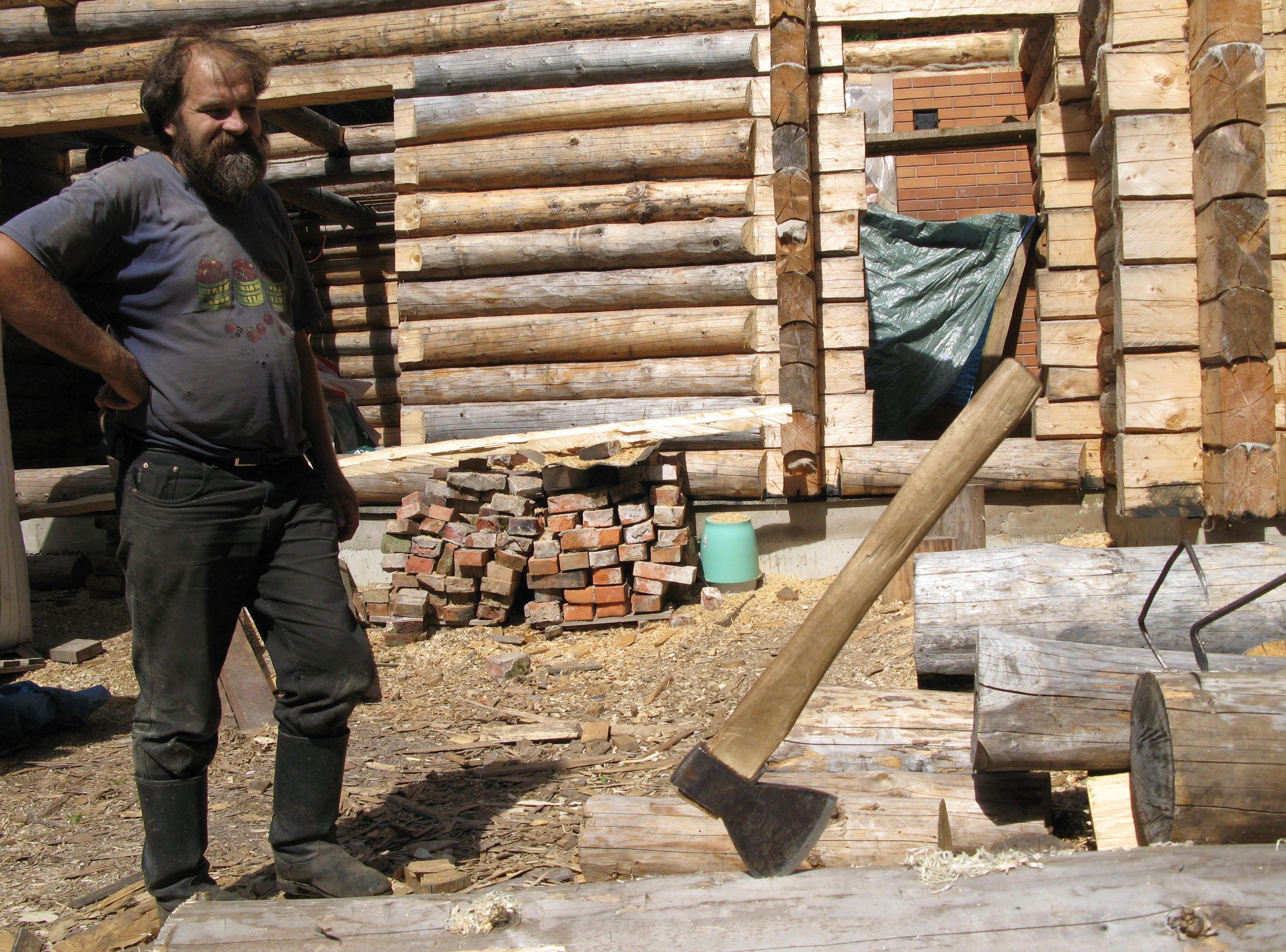 Tugevalt eripärase ehitajakäega Aigar Zahkna palkehitustööd Kolga-Jaani vallas Vaibla külas, kus traditsioonilises võtmes on valmimas 170m2 suurune elumaja. Foto: Joosep Metslang (2008)