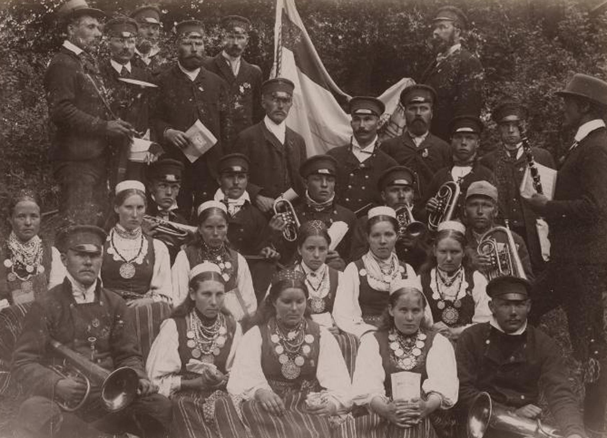 """Kullamaa muusika- ja segakoor Haapsalu laulupeol 1896. Foto: Heinrich Tiidermann. Eesti Ajaloomuuseum, Album """"Estonica"""". Etnograafilised fotod 1890ndatest (F 11684/1-321)"""