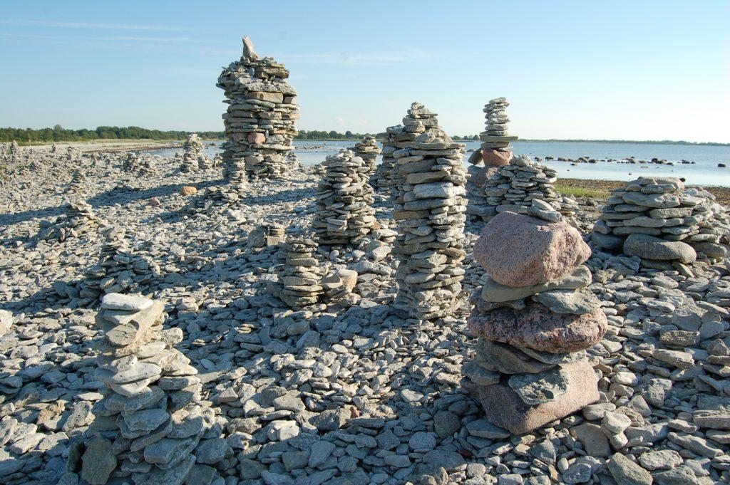 Torni laotud kivid rannal