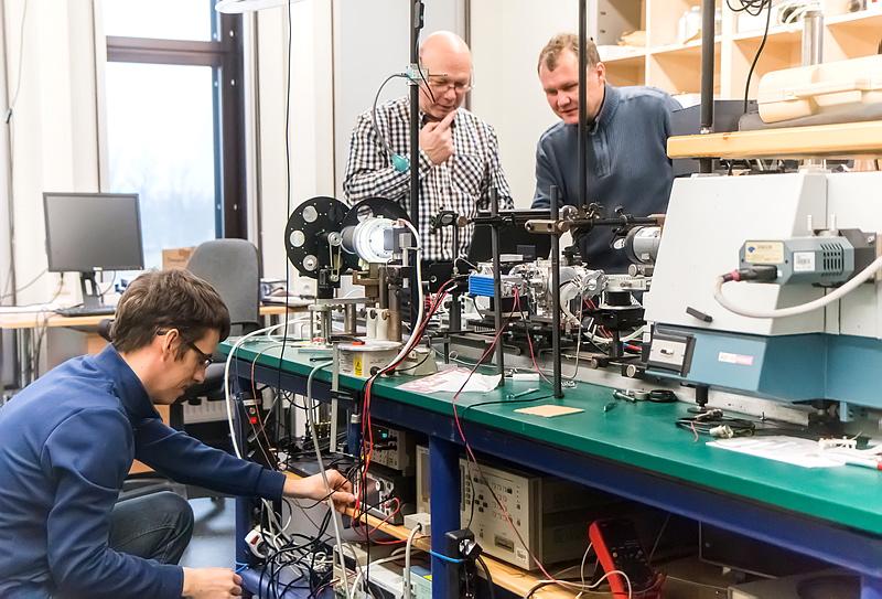 TÜ kiletehnoloogia labor osaleb rahvusvahelises teadusprojektis Graphene Flagship. Artjom Berholts, Raivo Jaaniso ja Harry Alles töötavad välja grafeenipõhiseid õhu kvaliteedi mikrosensoreid