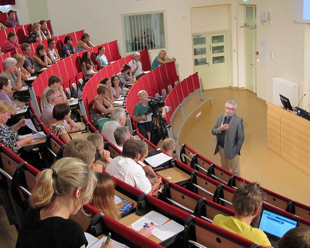 """Semiootik Mihhail Lotman pidamas Tartu Ülikooli suveülikooli XIV hooaja teemaloengut """"Vaim ja vabadus"""" Philosophicumi suures auditooriumis."""