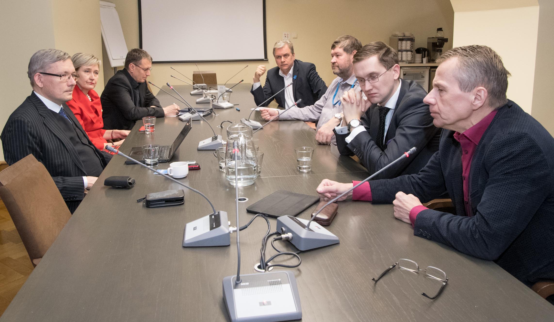 Vasakult paremale: Mart Raudsaar (Riigikogu Toimetiste peatoimetaja), Marianne Mikko (SDE), Toomas Vitsut (Keskerakond), Andres Herkel (Vabaerakond), Mart Nutt (IRL), Jaak Madison (EKRE), Jürgen Ligi (Reformierakond). Foto: Erik Peinar