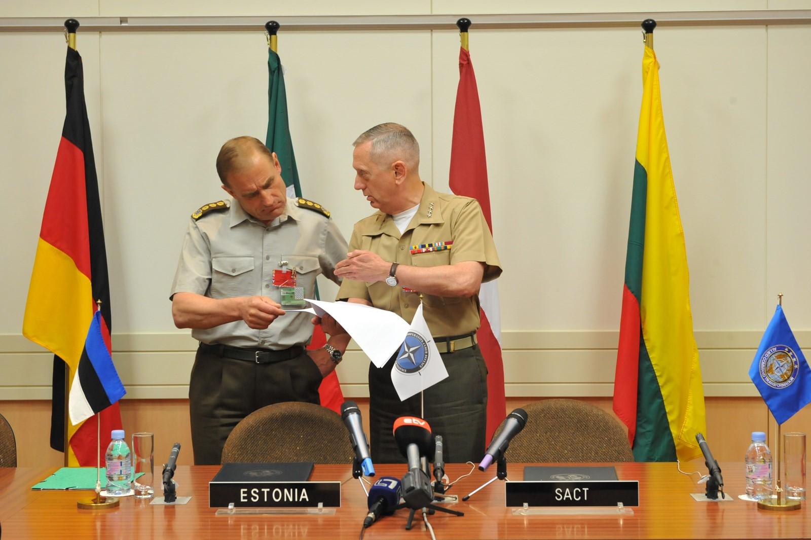 USA kindral James Mattis ja autor NATO Küberkaitsekoostöö Keskuse loomise leppe allkirjastamisel Brüsselis 2008. aastal. Foto: Ants Laaneotsa erakogu