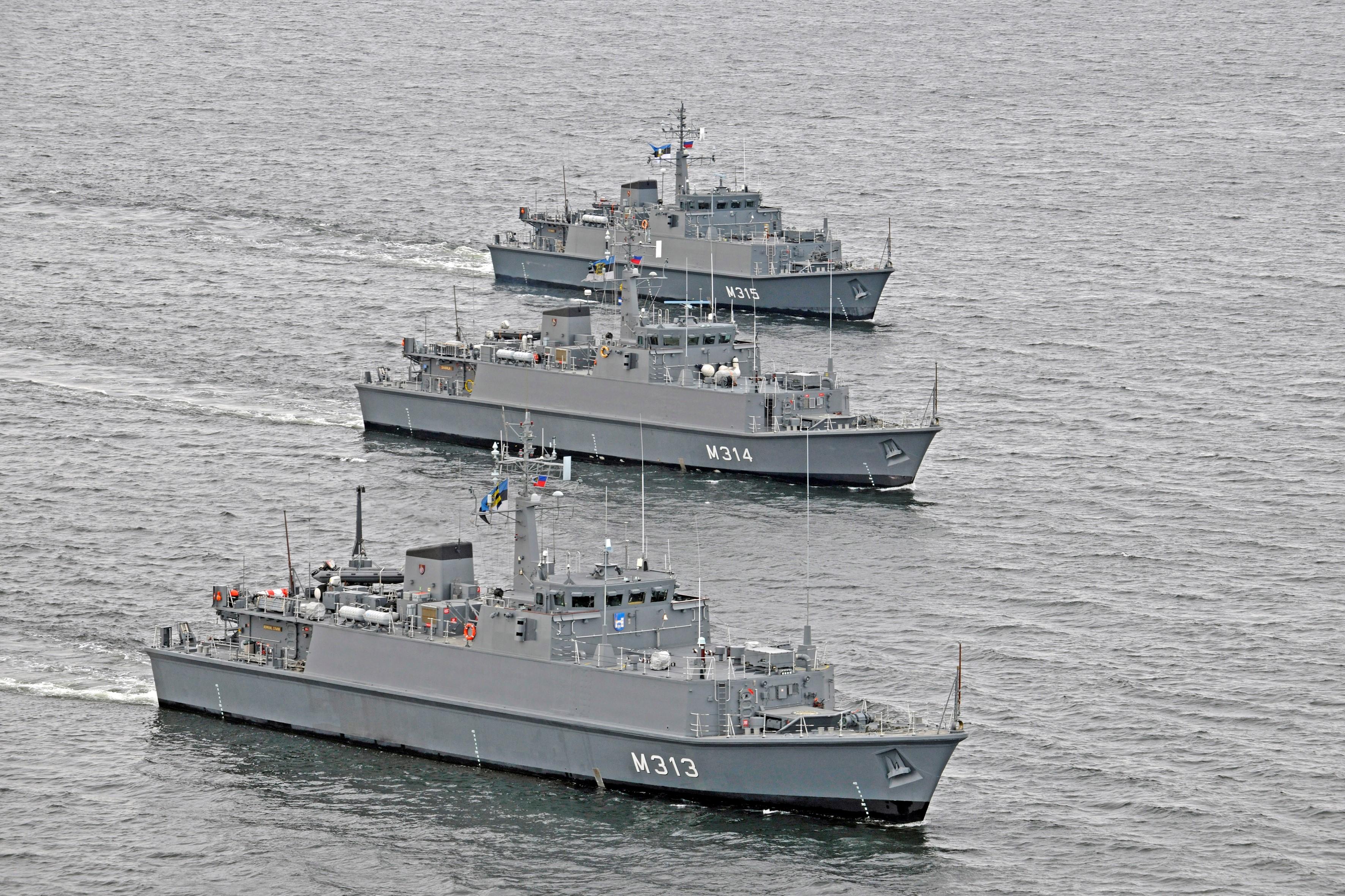 Eesti mereväe kolm miinijahtijat 2009. aastal. Foto: Ants Laaneotsa erakogu