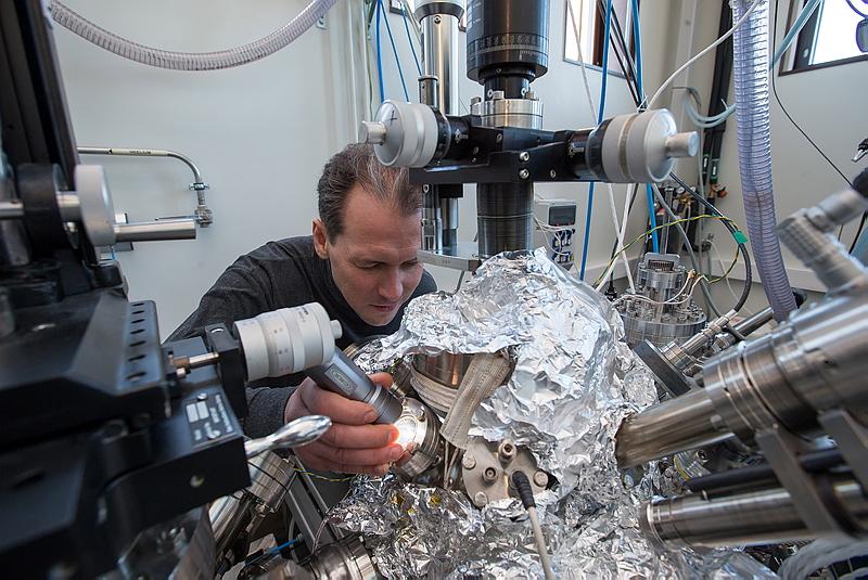 Materjaliteaduse vanemteadur Tanel Käämbre Tartu Ülikooli röntgenspektroskoopia laboris