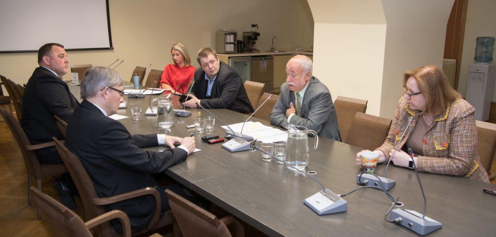 Vasakult paremale: Sven Sester (IRL), Mart Raudsaar (Riigikogu Toimetiste peatoimetaja), Liisa Oviir (SDE), Erki Savisaar (Keskerakond), Raivo Põldaru (EKRE) ja Maris Lauri (Reformierakond). Foto: Erik Peinar