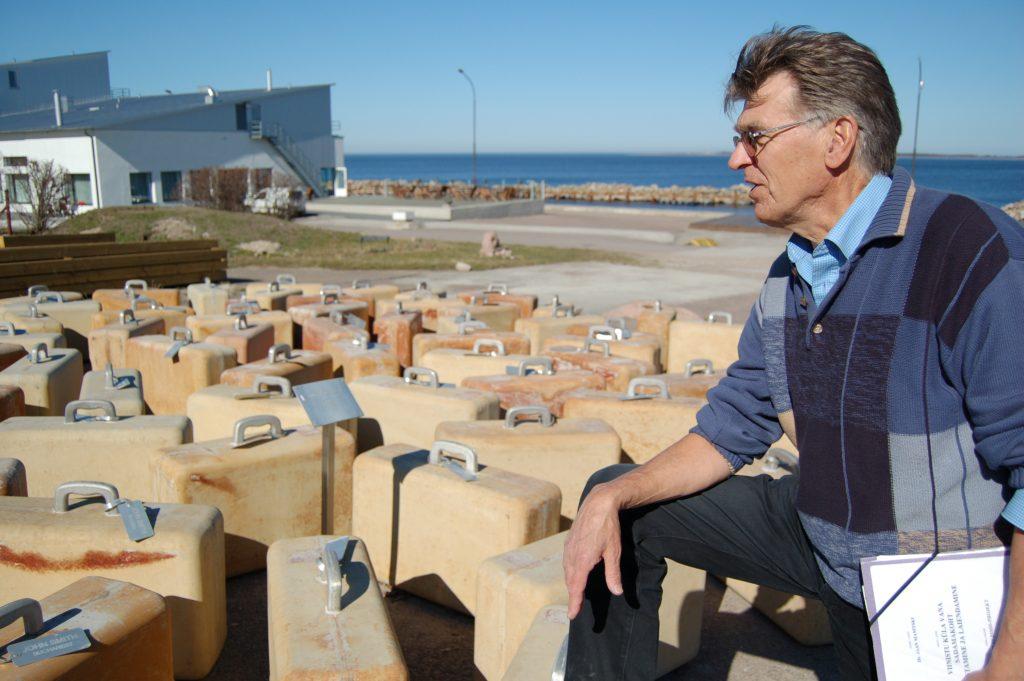 """Marko Mäetamme ja Kaido Ole kunstiprojekt """"100 betoonkohvrit"""" juhtis tähelepanu mööda maailma laiali läinud eestlastele."""