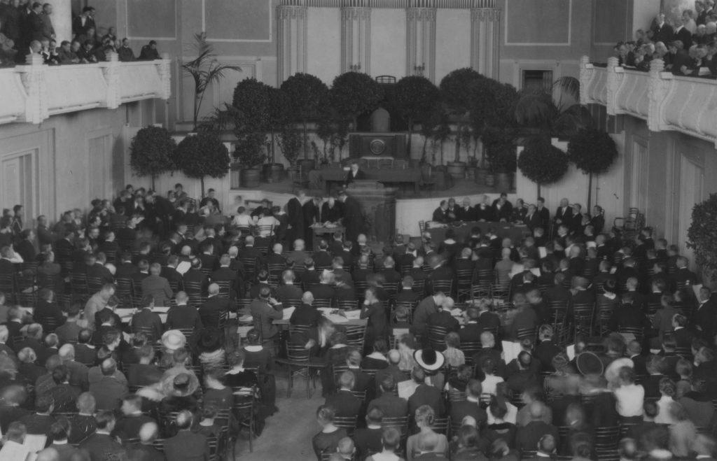 Asutava Kogu koosolek Estonia teatri saalis 1919. aasta 24. aprillil. Valitsemise ajutise korra järgi pidi Asutav Kogu täitma nii seadusandliku kui ka täidesaatva võimu ülesandeid