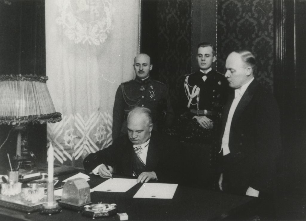 Riigivanem Konstantin Päts 1934. aasta jaanuaris põhiseaduse muudatuste jõustamisotsust allkirjastamas. Sama seadust rikkudes kehtestas ta autoritaarrežiimi.