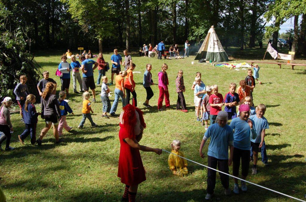 Inimestel on võime luua omavahel kooslusi, vastastikku toetavat õhkkonda. Nõo kihelkonna külade mängud Unipiha pargis.