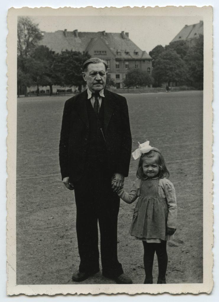 Nikolai Maim tütretütre Ritaga 1949. aasta suvel Babenbergis.