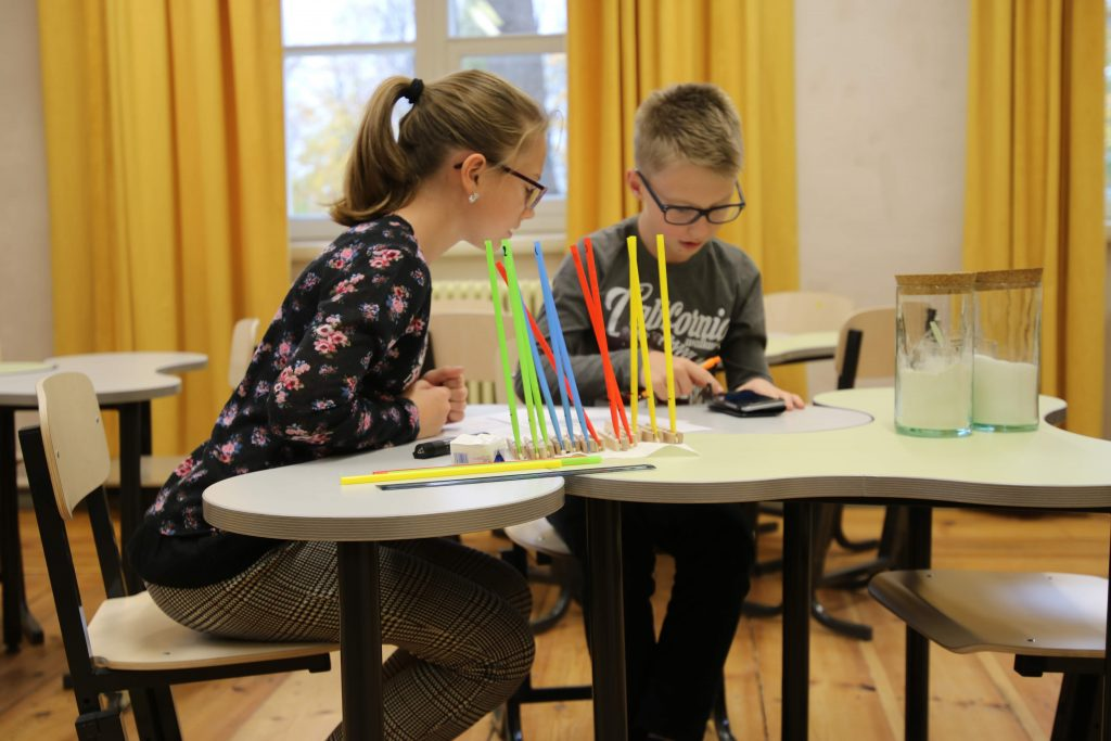 Loodusainete tasemetöödes hinnatakse õpilaste uurimusikke oskusi, mida arendatakse näiteks katseid läbi viies.