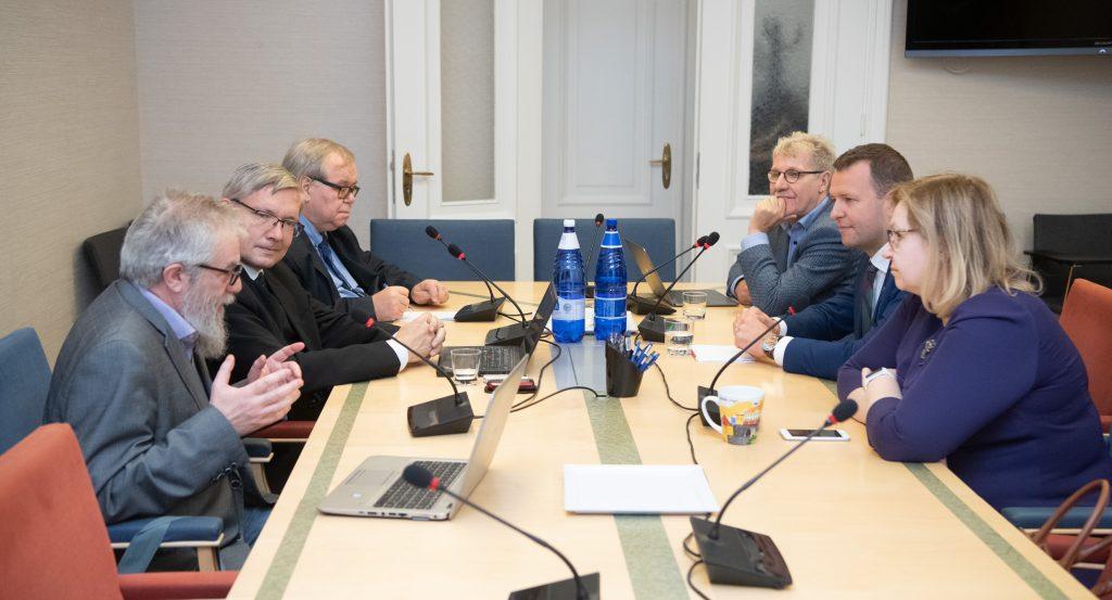 Vasakult paremale: Mihhail Lotman (Isamaa), Mart Raudsaar (Riigikogu Toimetiste peatoimetaja), Aadu Must (Keskerakond), Jaak Valge (EKRE), Lauri Läänemets (SDE) ja Maris Lauri (Reformierakond).Foto: Erik Peinar