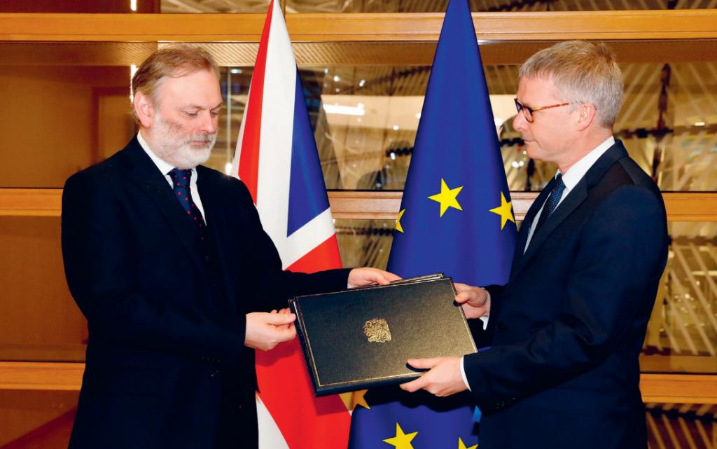 Ühendkuningriigi ELi suursaadik Tim Barrow esitab kirjaliku teate nõukogu peasekretärile Jeppe Tranholm-Mikkelsenile 29. jaanuaril 2020