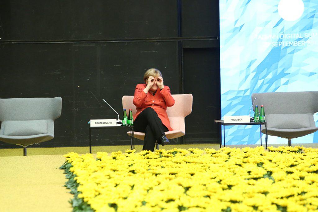 Foto allkiri: Saksamaa kantsler Angela Merkel vaatab Tallinnas 29. septembril 2017 toimunud Digisummitil, kui kaugel on tehnoloogiateemad ja Saksamaa ELi eesistumine. Foto: Annika Haas (EU2017EE), Välisministeerium