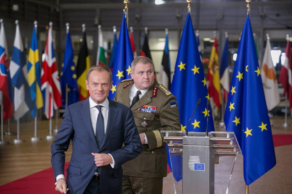 Euroopa kaitsekoostöö (PESCO) heakskiitmisel tehtud pressikonverentsil 15. detsembril 2017 astusid üles President Tusk ja sõjaväelaste poolt kindral Terras. Foto: Tauno Tõhk (EU2017EE), Välisministeerium